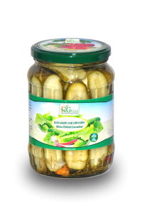 Slides pickled cucumber in jar